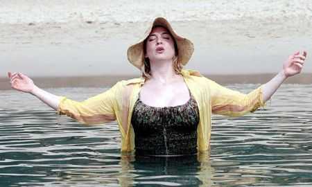Renee Zellweger as Bridget Jones half submerged in a pond. She gained 20 pounds for the role.
