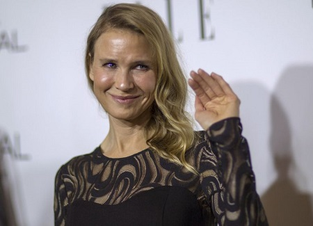 Renée Zellweger waving with a smile at the Elle celebration again.