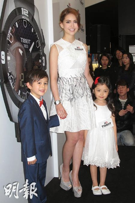 Hannah Quinlivan with her two adorable children pose for a photo.