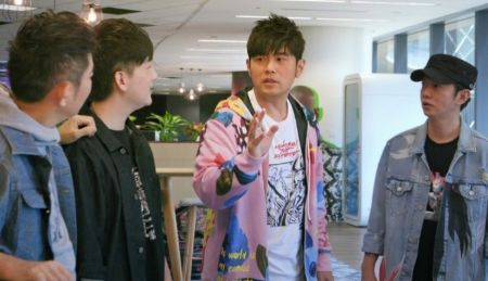 Jay Chou in a pink jacket along with friends caught on camera.
