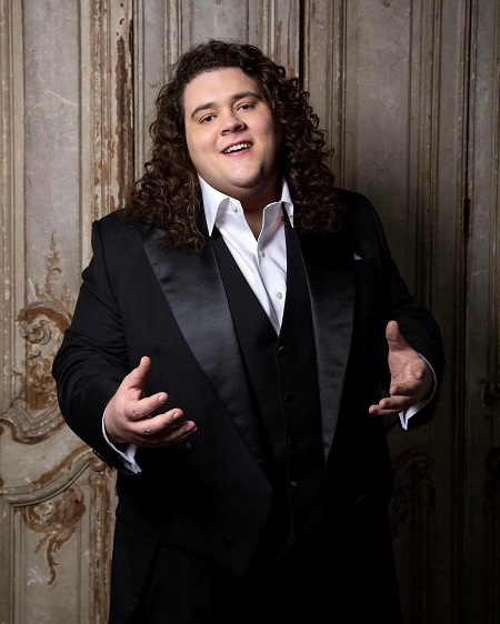 Jonathan Antoine in a concerting suit.