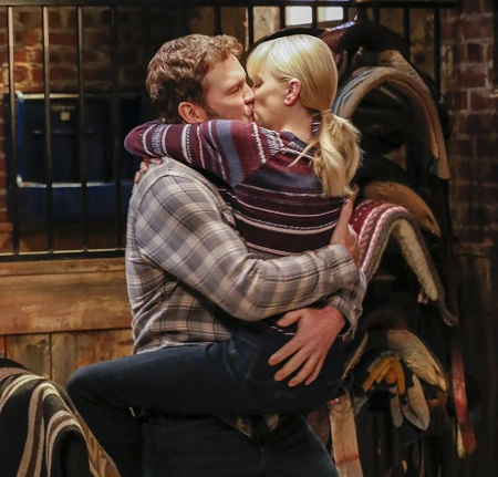 Anna Faris and Chris Pratt kissing in a movie.